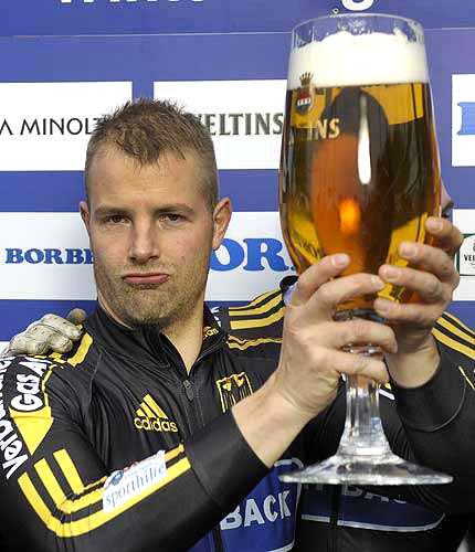 Atleta alemão, Andre Lange, comemora com cerveja sua vitória da Copa do Mundo de trenó (bobsleigh) em Winterberg.