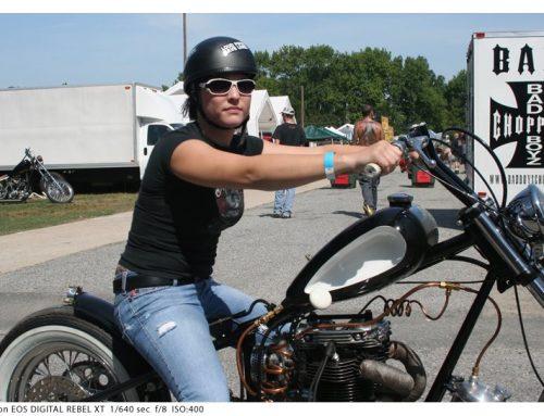Mulheres e suas motos custom