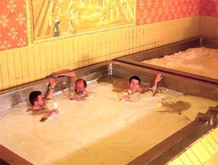 Nadar por duas horas nessa piscina de cerveja custa 135 euros (cerca de R$ 343)