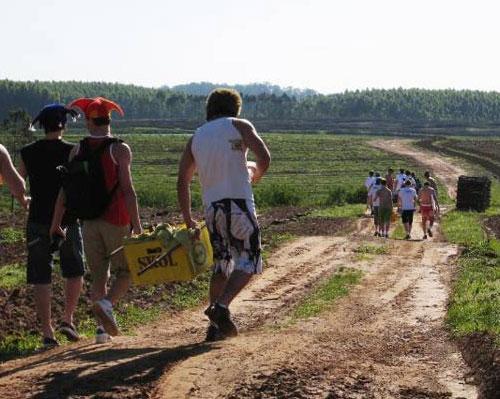 """Imagem de arquivo da corrida que inspirou a versão brasiliense da """"prova etílica"""". Competidores da Corrida da Cerveja em Taquari (RS), em 2007 (Foto: Daniel Bender e Marco Bender/Arquivo pessoal)"""