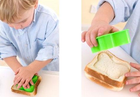 Criança fazendo quebra-cabeça com comida