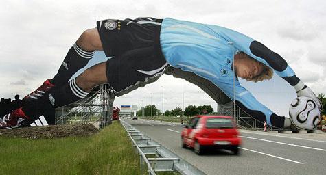 Mídia externa próxima ao aeroporto na Copa da Alemanha com Oliver Kahn