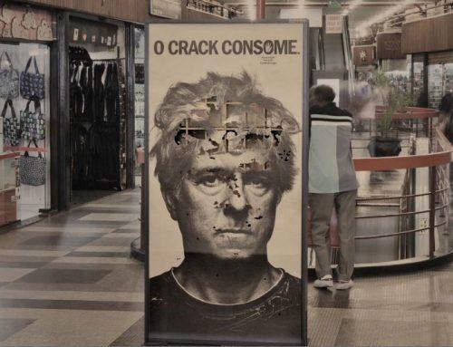 Contra o crack, vermes comem cartazes.