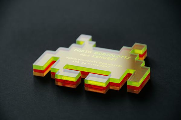Cartão de visita criativo e nostálgico fabricado em acrílico fluorescente com os aliens do jogo Space Invaders