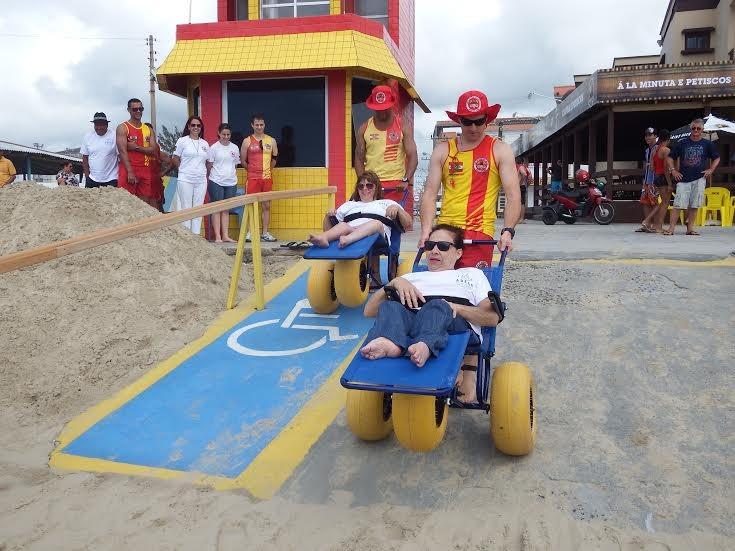 cadeirantes-vivem-emocao-de-tomar-banho-de-mar-depois-de-anos-cadeira-rodas-anfibia