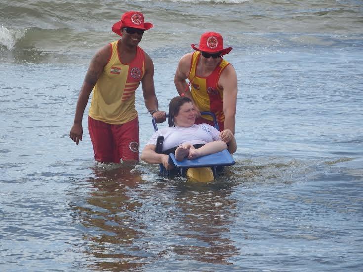 cadeirantes-vivem-emocao-de-tomar-banho-de-mar-depois-de-anos