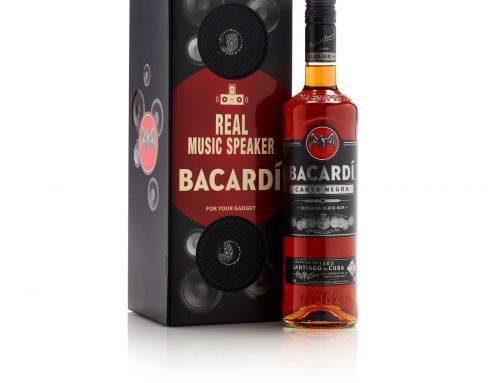 Embalagem de luxo do rum Bacardí Carta Negra tem dois alto falantes