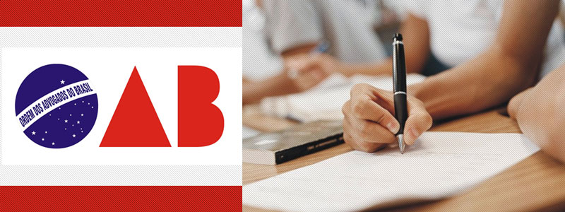 Candidato fazendo a prova da OAB com o logo da OAB. Mão escrevendo com caneta.