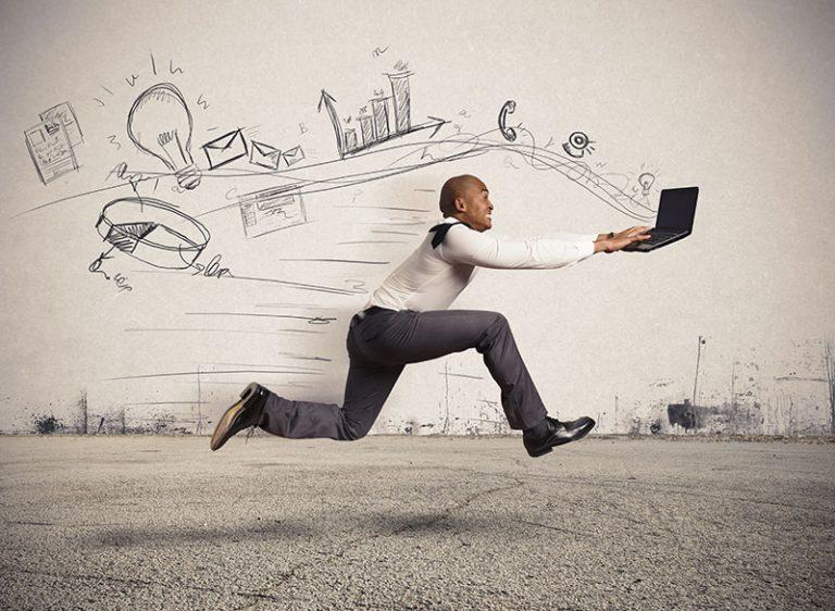 Executivo correndo digitando no notebook com muita pressa. Imagem conceitual que mostra estresse no trabalho.