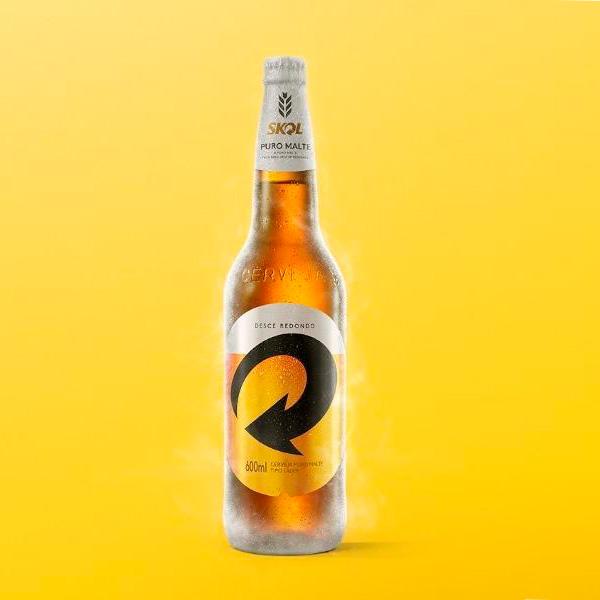 Garrafa de 600 ml da nova cerveja Skol Puro Malte; garrafa gelada