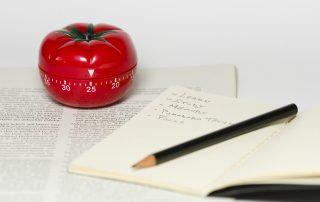 Timer e cronometro em formato de tomate para exemplificar a técnica pomodoro de memorização