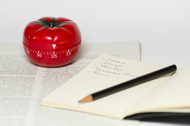 Temporizador em formato de tomate para exemplificar a técnica pomodoro de memorização e aumento de produtividade e foco no trabalho ou estudo