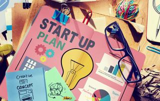 Imagem conceitual que mostra em uma mesa planejamento para uma startup