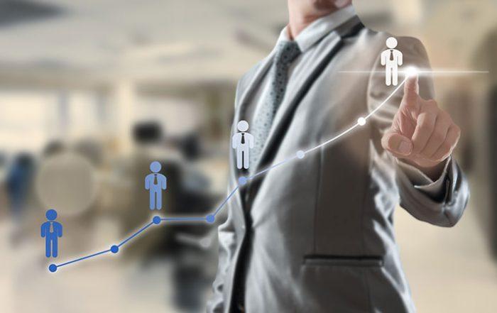 Executivo em frente a um painel digital criando um gráfico de crescimento. Imagem conceitual
